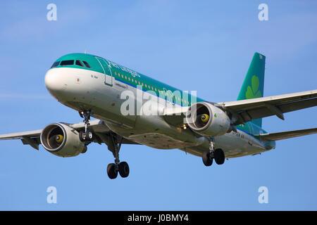 EI-DEM Aer Lingus Airbus A320-200 cn 2411 en la aproximación al aeropuerto Heathrow de Londres