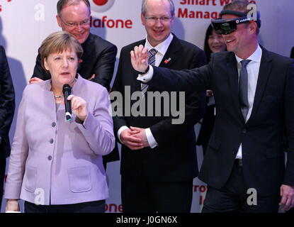 """Hannover, Alemania. 20 de marzo de 2017. Angela Merkel (atenuador Federal de Alemania, a la izquierda) en Vodafone, CeBIT stand-apertura walkk, CeBIT 2017, feria TIC, plomo tema 'd!conomía - sin límites"""". Photocredit: Christian Lademann"""