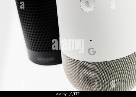 Página principal de Google y Amazon Eco altavoces inteligentes. Ambos ofrecen ayudantes personales, activado por voz y reproducción de música control de automatización del hogar.