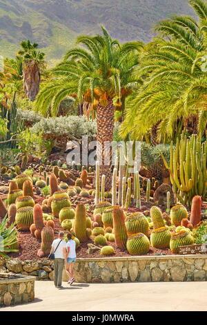 Turistas en el Jardín de Cactus, Gran Canaria, España