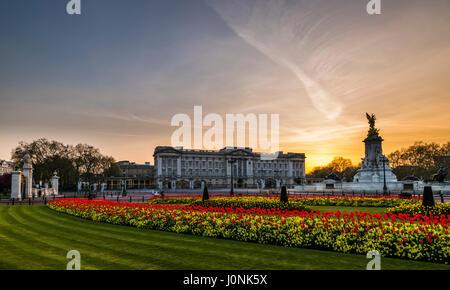 Luces al atardecer y cielos amarillos en el Palacio de Buckingham, Londres, Reino Unido. Foto de stock