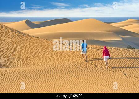 Los turistas en el Parque Nacional de las dunas de arena de Maspalomas, Gran Canaria, Islas Canarias, España Foto de stock