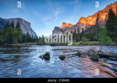 Una tarde tranquila cuando se pone el sol en el Parque Nacional Yosemite, la ley California, Estados Unidos.