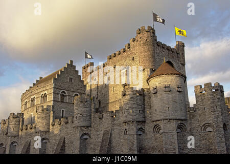 Medieval castillo GRAVENSTEEN o castillo de los condes en un día soleado, Gante, Flandes