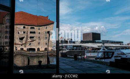 Reflexión distorsionada del viejo edificio en el restaurante noma de nuevo desarrollo con Inderhavnen Krøyers Plads puente y Royal Danish Playhouse en segundo plano.