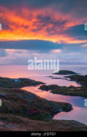 Amanecer sobre loch ob leasiad en la isla de Harris con la isla de Skye en la distancia Foto de stock