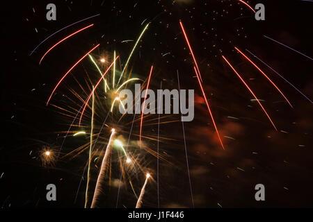 Azul, rojo, blanco y verde, Fireworks contra un fondo de cielo negro por la noche, La Ronde, Montreal, Quebec, Canadá