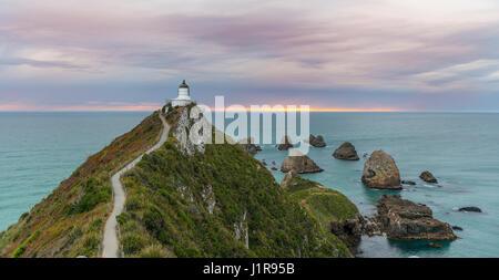 Amanecer, el faro de Nugget Point, los Catlins, la Región de Otago, Southland, Nueva Zelanda