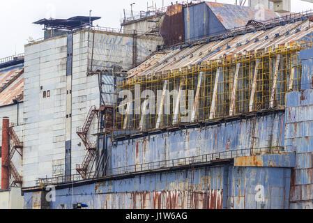 Cerca de casco de acero y hormigón del sarcófago del reactor nº 4 de la central nuclear de Chernobyl en la zona de alienación en Ucrania