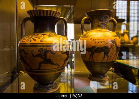 Negro-figura de cerámica fue uno de los estilos de vasijas producidas a partir de la 7ª a la 5ª siglos y encontradas en tumbas etruscas alrededor de Tarquinia.
