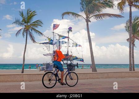El Hollywood Beach, FL, EEUU - Marzo 23, 2017: el ciclista que aparece en el Hollywood Beach Amplio paseo. Florida, Estados Unidos