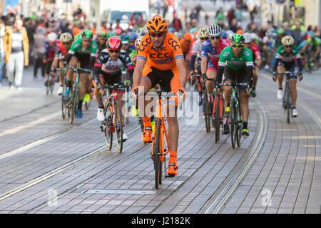 ZAGREB, CROACIA - Abril 23, 2017: Los ciclistas racing durante la carrera sexta etapa en un tour de Croacia, carrera ciclista internacional corren a lo largo de la costa adriática y el INL