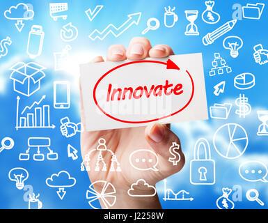 Tecnología, internet, negocios y mercadeo. Joven mujer de negocios escrito palabra: innovar