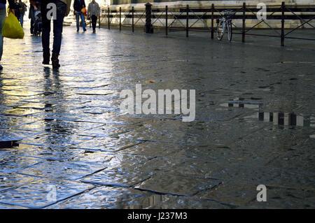 Pavimento mojado - reflexiones después de la lluvia, y la gente las piernas y zapatos series - libros, CD, DVD (dependiendo de recorte) el diseño de la cubierta con espacio de copia
