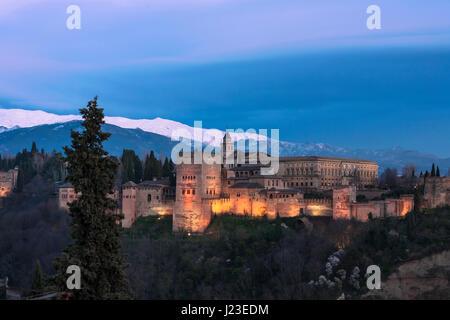 Vista clásica de la Alhambra desde el Mirador de San Nicolás, en el Albaicín, Granada, al atardecer