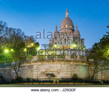Francia, Île-de-France, París. Basílica del Sacré Coeur de Montmartre, al atardecer. Foto de stock