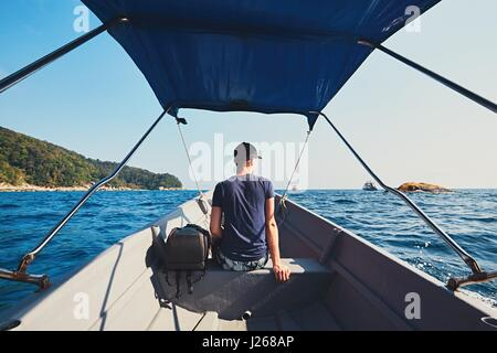 Aventura en el mar. Joven viajar por lancha.