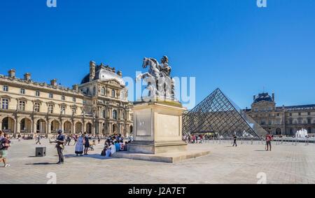 Francia, Paris, Louvre Palacio, vista del patio de Napoleón con la Pirámide del Louvre