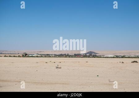 Paisaje desértico con un pequeño asentamiento cerca de Swakopmund, Namibia Foto de stock