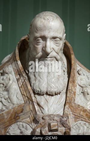 Busto de mármol del Papa Pablo III por el escultor del Renacimiento tardío italiano Guglielmo della Porta (ca. 1560) en exhibición en el Museo di Capodimonte en Nápoles, Campania, Italia. Foto de stock