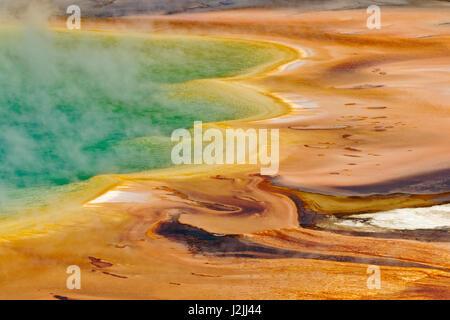 Vista elevada de Grand Prismatic Spring y patrones en mat bacteriana, Midway Geyser Basin, el Parque Nacional Yellowstone, Wyoming.