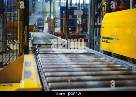 Línea de producción de la cerveza. Equipos para la protagonizaron la producción y envasado de productos terminados. Especial dispositivo tecnológico industrial en la fábrica