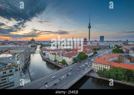 Vista aérea del skyline de Berlín con la famosa torre de TV y el río Spree en la hermosa luz del atardecer al atardecer con filtro de efecto vintage retro