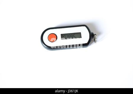 Pin de seguridad generador bancario aislado sobre fondo blanco.