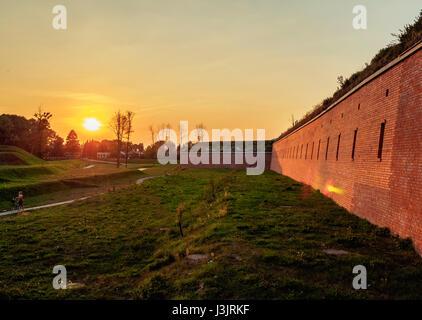 Polonia, Voivodato de Lublin, Zamosc, antiguas murallas de la ciudad al atardecer