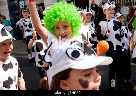 """Brighton, Reino Unido. El 6 de mayo, 2017: Cada año, el primer día del Festival de Brighton se abre con el colorido desfile infantil por las calles del centro de la ciudad. Las escuelas primarias y junior desde toda la ciudad participar en un desfile de disfraces y música, este año el tema fue """"Poesía en movimiento"""" que refleja Kate Tempest es el Curador del festival 2017. Crédito: Scott Hortop/Alamy Live News"""