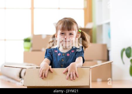 Acaba de mudarse a una nueva casa. Kid se encuentra dentro de la caja.