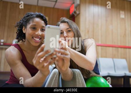 Dos joven tomar una foto en un teléfono celular.