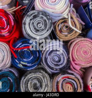 Vista superior del colorido Tartan rollos de tejido en una tienda en Edimburgo, Escocia