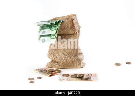 Saco de arpillera lleno de billetes y monedas de euro, aislado sobre fondo blanco.concepto empresarial. Dinero en efectivo.