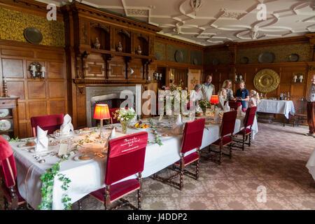Comedor con mesa preparada para una comida en Lanhydrock, Bodmin, Cornwall. (70)