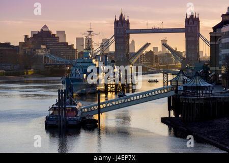 Tower Bridge elevar la segadora con HMS Belfast en el río Támesis, Londres, Inglaterra, Reino Unido, Europa Foto de stock