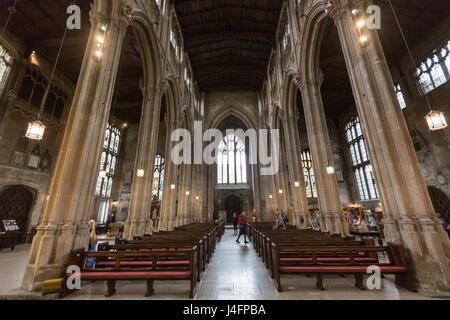 Nave interior y el techo de San Juan Bautista, iglesia parroquial, Cirencester, Gloucestershire, Inglaterra