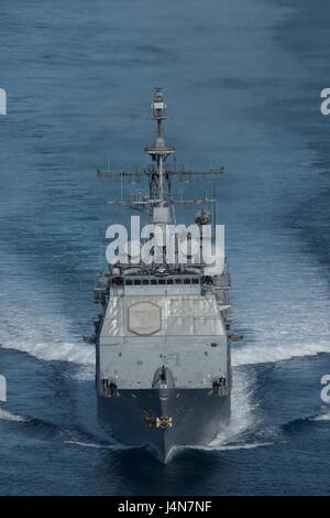 La Marina de los Estados Unidos de clase Ticonderoga guiado-crucero de misiles USS Bunker Hill durante un ejercicio Foto de stock