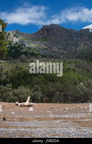 Paisaje de montaña y vista a la playa Cala Tuent Mallorca, España.