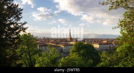 Torino panorama con Mole Antonelliana al atardecer