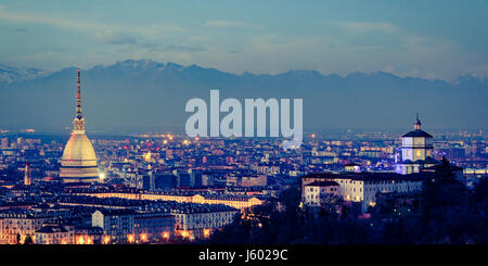 Torino panorama con Mole Antonelliana y Monte dei Cappuccini efecto vintage