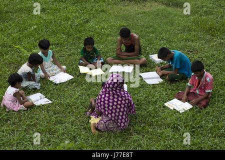 Dhaka, Bangladesh. 22 de mayo de 2017. DHAKA, BANGLADESH - 23 DE MAYO : Escuela niños tomando su clase en lugar abierto bajo el árbol durante tiempo de calor en Dhaka, Bangladesh, el 23 de mayo de 2017.en Dhaka la temperatura alcanzó los 38 grados centígrados, el 23 de mayo. Crédito: Zakir Hossain Chowdhury/Zuma alambre/Alamy Live News