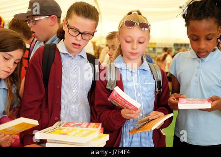 Hay Festival 2017 - heno en Wye, Gales, Reino Unido - mayo 2017 - niños de escuelas locales disfrutan de la jornada inaugural del hay festival que este año celebra su 30 aniversario en el 2017. Los niños que se muestran aquí son entre los 70.000 libros a la venta en la librería del festival. Crédito: Steven mayo/alamy live news