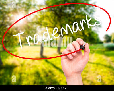 Escritura a mano hombre marcas con marcador negro en la pantalla visual. Aislado en el fondo. Negocios, tecnología, internet concepto. Stock Photo
