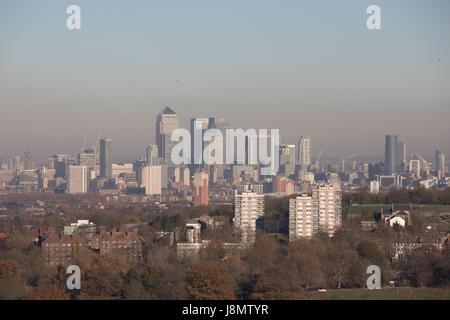 Vista general de Londres desde el sur hacia el norte, panorámicas, mostrando la vivienda en primer plano y en el fondo de la ciudad de Londres con la contaminación del aire