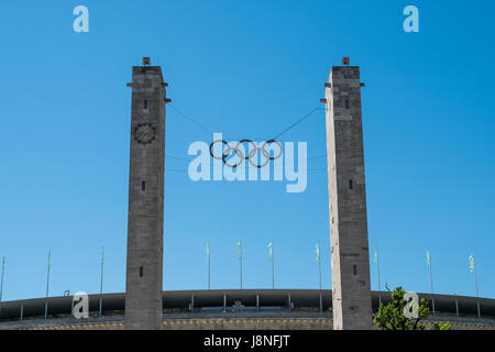 Berlín, Alemania - 27 de mayo de 2017: Los anillos olímpicos en el Olympiastadion (estadio olímpico) en Berlín, Alemania
