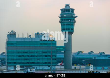 Torre de Control del Aeropuerto de Hong Kong al anochecer. China.