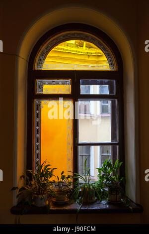 Ventana vieja en la escalera con vitrales Foto de stock