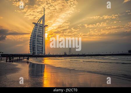 El Burj Al Arab al atardecer Foto de stock