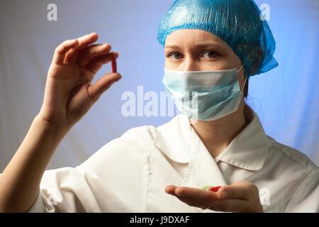 Enfermera con pastillas en la mano en el hospital